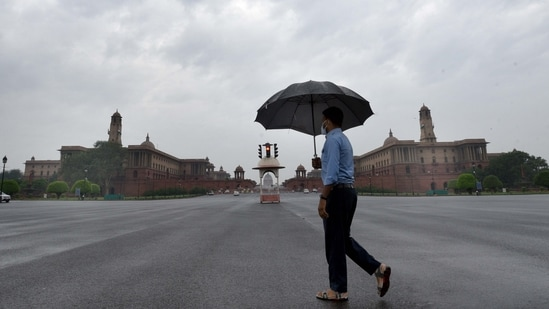 Delhi's minimum temperature was 21.4 degrees Celsius, five degrees below the season's normal on Wednesday.(Arvind Yadav/HT Photo)