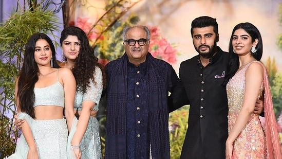 Boney Kapoor poses for a picture with his daughters Janhvi Kapoor, Anshula Kapoor and Khushi Kapoor and son Arjun Kapoor.