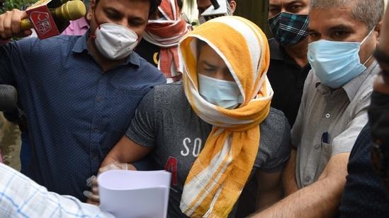 Olympic wrestler Sushil Kumar and his associate Ajay Kumar (back) in the custody of Delhi Police Special cell in New Delhi(Arvind Yadav/ Hindustan Times)