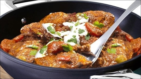 Recipe: Mark a drool-worthy end to Monday with chicken in jalfrezi sauce(Le Creuset India)