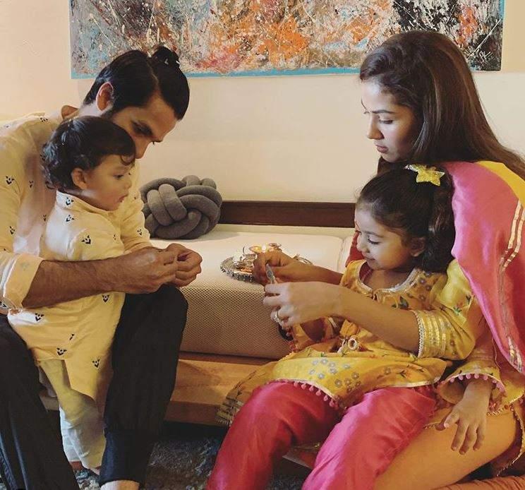 शाहिद कपूर और मीरा राजपूत अपने बच्चों मीशा और ज़ैन के साथ।