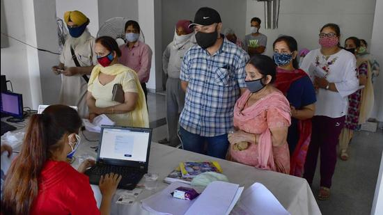 The number of active cases now stand at 6,629. The figure has fallen below the 7,000-mark for the first time in a month. (Harsimar Pal Singh/HT)