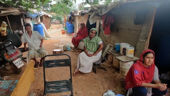 Several migrant worker groups are not covered under the Karnataka government's <span class='webrupee'>₹</span>1,250-crore relief package(HT Photo)