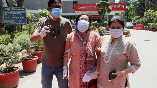 Relatives of Covid-19 victims breakdown at Jaipur Golden hospital.(HT photo)