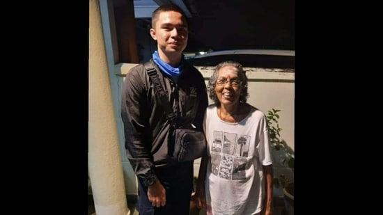 A picture of the Grab delivery boy with the customer's mother(Facebook/ Pate Othman)