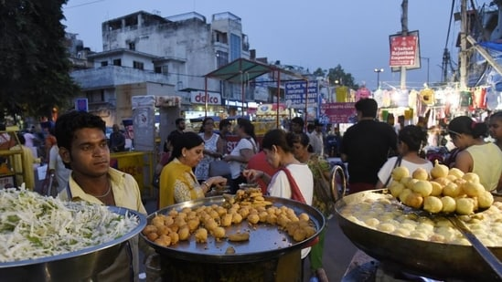 Nirmal Jain, mayor of EDMC, said under the new policy, licences will be issued for e-cart (battery operated) for the sale of packaged food.(HT file photo)
