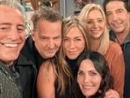 Friends cast members Jennifer Aniston, Courteney Cox, Lisa Kudrow, Matt LeBlanc, Matthew Perry, and David Schwimmer pose for a selfie.