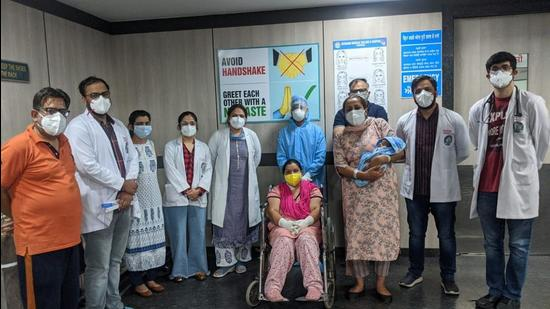 Monika (in chair) with the team of DMCH doctors that helped her successfully beat coronavirus after two weeks. (HT Photo)