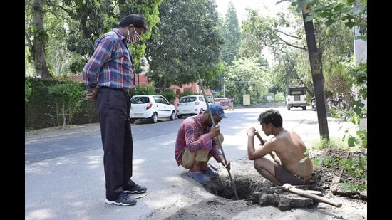 Employing manual scavengers and manual cleaning of sewers and septic tanks without protective equipment is illegal. (Harsimar Pal Singh/HT)