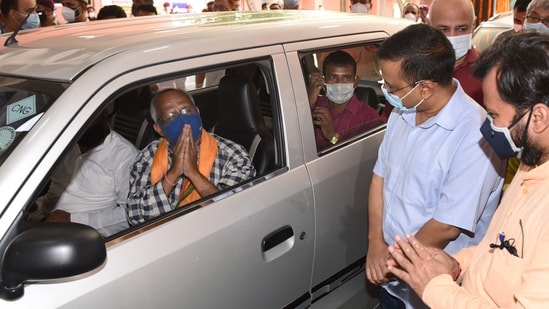 The CM at a drive-in vaccine camp at Chhatrasal Stadium on Saturday.(Arvind Yadav/HT PHOTO)