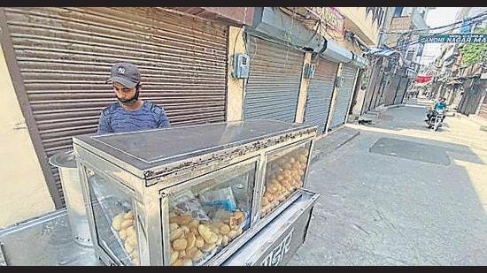 The Gandhi Nagar market wears a deserted look amid weekend lockdown on Saturday. (Gurpreet SIngh/HT)