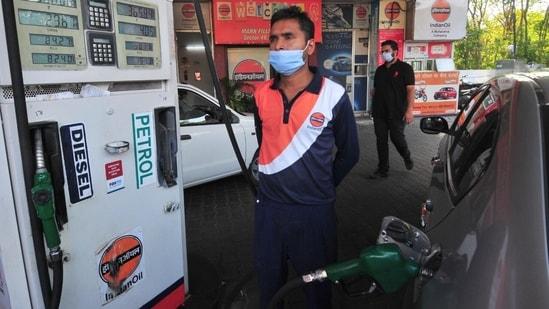 In Delhi, petrol reached <span class='webrupee'>₹</span>93.94 per litre and diesel reached <span class='webrupee'>₹</span>84.89 per litre.(HT Photo)