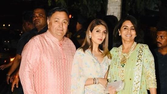 Riddhima Kapoor Sahni poses with her parents, Rishi Kapoor and Neetu Kapoor.