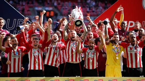 Brentford's Pontus Jansson lifts the trophy as they celebrate after winning Championship Play-Off Final.(Action Images via Reuters)