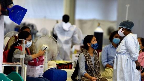 A health worker interacting with people at the Sri Guru Teg Bahadur Covid-19 Care Centre in New Delhi (Sanjeev Verma / HT Photo)