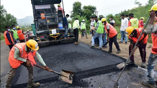 39.69 km road laid in 24 hours by Pune firm, PWD min says it's a record