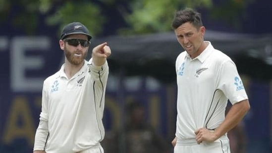 New Zealand captain Kane Williamson gestures as he speaks with Trent Boult.(AP)