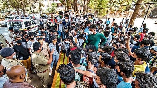 Students of Class 10 and 12 protested demanding online exams in light of Covid-19, at Shivaji Park in Dadar, Mumbai. (Pratik Chorge/Hindustan Times)