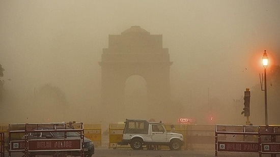 The minimum temperature on Wednesday was 22°C, and the maximum temperature was 37°C..(Sanjeev Verma/Hindustan Times)