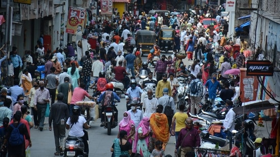 A massive crowd led to traffic congestion at the Jambhali Naka market in the morning after the easing of lockdown restrictions by the Maharashtra government, in Thane, Mumbai, India, on Friday, June 04, 2021. (HT PHOTO)