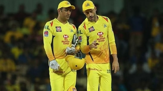 MS Dhoni and Faf du Plessis chat during an IPL match. (IPL/Twitter)