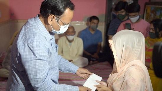 Delhi Health Minister Satyendra Jain said he has given one crore rupees to the family of Corona Warrior, who succumbed to the disease.(Satyendar Jain/Twitter)