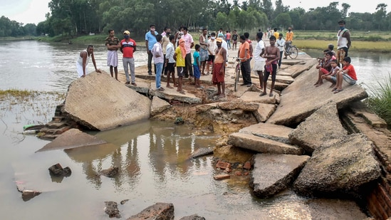 The West Bengal chief minister had said, as per initial assessment, the cyclone had led to damage of an estimated <span class='webrupee'>₹</span>20,000 crore to property and agriculture.(PTI)