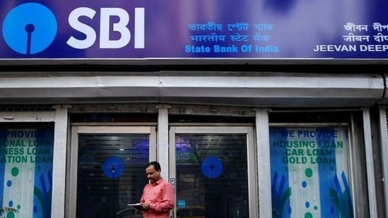 The quantum of loans written off by the eight banks stood at <span class='webrupee'>₹</span>32,852 crore, higher than <span class='webrupee'>₹</span>23,894 crore recovered by the same lenders in the fiscal fourth quarter.(Reuters file photo)