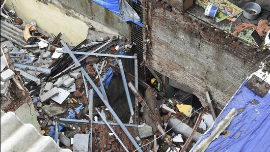 1 Dead 5 Injured In Bandra Building Collapse After Midnight Mumbai News Hindustan Times