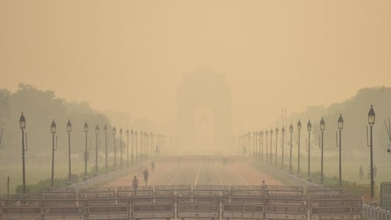 A view of India Gate blanketed in heavy haze in New Delhi.(Amal KS/HT File Photo)