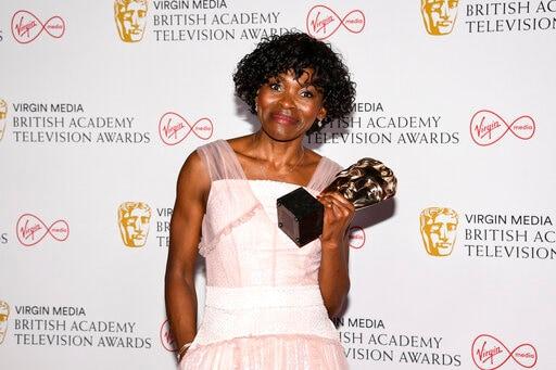 Rocky Iola presenta el Premio a la Mejor Actriz de Reparto para Fotógrafos por su actuación en el Escenario Anthony en los Premios de Televisión de la Academia Británica en Londres el domingo 6 de junio de 2021.  (AP)