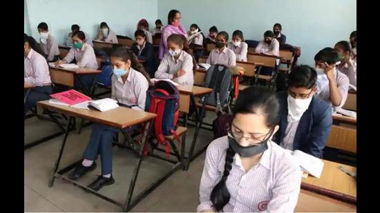 The Class 10 exams of the Himachal Pradesh Board of School Education were to be held from April 13 to 28. However, the exams were cancelled on April 14 in the wake of rising Covid cases. (HT file photo)