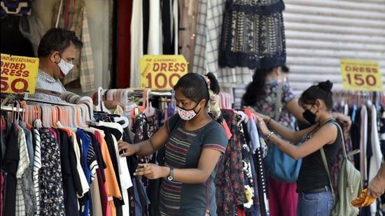 Shoppers at Sarojini Nagar market, in New Delhi on Monday, June 7.Markets reopened in Delhi under the Unlock plan. (Sanjeev Verma/HT photo)