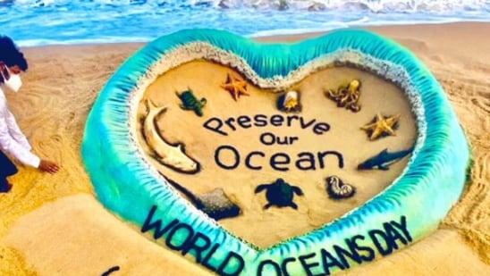 On World Oceans Day 2021, sand artist Sudarsan Pattnaik displayed a stunning sand art on Puri beach, Odisha.(Twitter/@sudarsansand)
