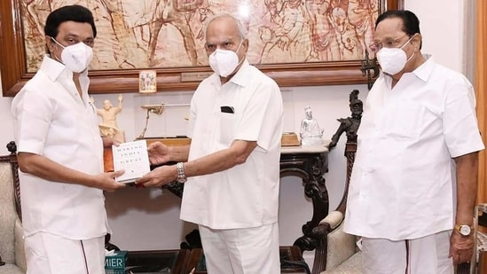 During his meeting with Governor Banwarilal Purohit (centre), chief minister MK Stalin (left) handed over a report and briefed him on the steps taken by the government in controlling the second coronavirus wave.(Twitter/@arivalayam)