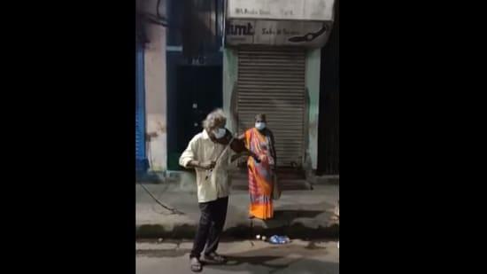 The image shows Bhagaban Mali playing the violin at Beadon Street, North Kolkata.(Facebook/Anindita Ghosh)