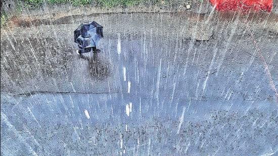 Katraj, on Friday, experienced a moderate shower. (RAHUL RAUT/HT)