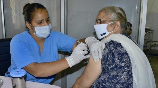 A medic administers a Covid vaccine dose to a woman in Ludhiana on Thursday. (Harsimar Pal Singh/Hindustan Times)