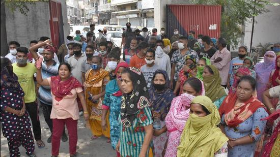 Residents of Ghora Colony protesting outside division number 3 police station in Ludhiana on Thursday. (Gurpreet Singh/HT)