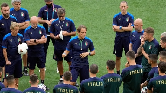 Italy's coach Roberto Mancini talks to his players during training.(Pool via REUTERS)