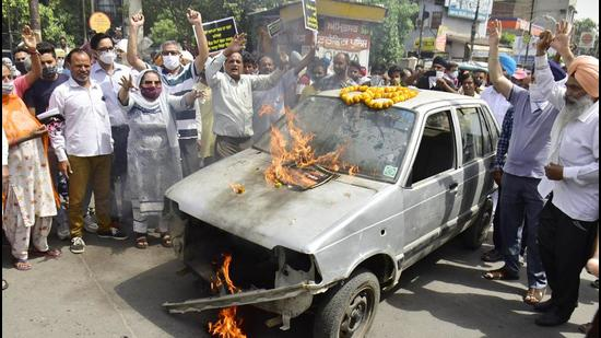 Punjab Congress workers protesting against the continuing hike in fuel prices in Amritsar on Friday. (Sameer Sehgal/HT)
