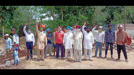 Residents of Barewal village, Ludhiana, protesting against the MC and LIT on Friday against the establishment of a garbage dump on the premises of a cremation ground. (HT Photo)