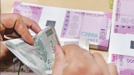A bank staff member counts Indian 500 rupee notes to give to customers on November 24, 2016, in the wake of the demonetisation of old 500 and 1000 rupee notes in Mumbai. The US dollar hit a record high against the Indian rupee November 24 as the greenback surges on expectations of a rate hike next month following Donald Trump's shock presidential election victory. The US currency bought 68.8625 rupees during early afternoon forex trading, surpassing the previous high of 68.8450 recorded in August 2013. / AFP PHOTO / INDRANIL MUKHERJEE (AFP)