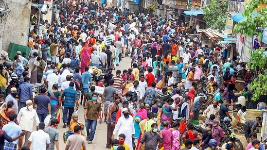 People gather at market to buy necessary items in Chennai.(PTI)