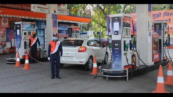 The diesel prices also shot up to the all-time high. It is most expensive in Mohali at <span class='webrupee'>₹</span>89.67 per litre, followed by <span class='webrupee'>₹</span>87.14 per litre in Panchkula and <span class='webrupee'>₹</span>86.40 per litre in Chandigarh. (HT File Photo)