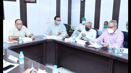 Vice chancellor of Dr BR Ambedkar University prof Ashok Mittal (extreme left) presiding over the meeting of examination committee of the university. (HT photo)