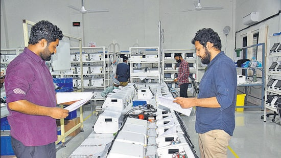 Nikhil Kurele (left) and Harshit Rathore used innovative methods to inspire startup Noccarc's staff to deliver close to 2,700 ventilators (seen here) in just 50 days. (HT PHOTO)