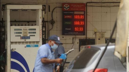 Mumbai, India - May 29, 2021: An attendant at a petrol pump fills the fuel tanks of motorists with rates displayed behind him on a digital screen as petrol price reaches Rs. 100.99 per litre, in Mumbai, India on Saturday, May 29, 2021. (Photo by Vijay Bate/HT Photo) (HT PHOTO)