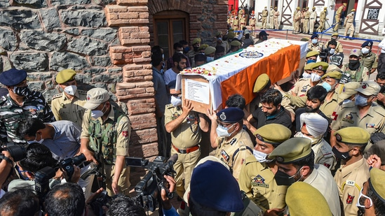 Senior police officers carry the coffin of constable Showket Ahmad and Waseem Ahmad after wreath laying ceremony in Srinagar.(PTI)