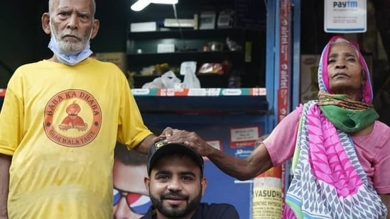 Gaurav Wasan (centre) with Baba ka Dhaba owners. (Photo: Instagram)